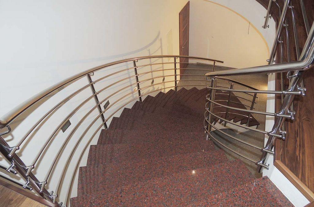 Ukrivljena inox ograja stopnišče